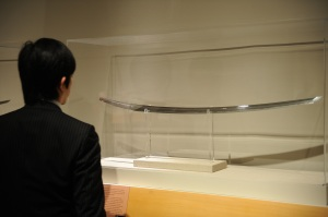 """A Met visitor looks at a Japanese """"tachi."""" (Courtesy Getty Images)"""