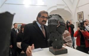 Sheikh Hamad bin Khalifa Al Thani at an art gallery. (Courtesy Getty Images)