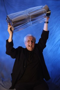 Gehry holding the World Cup of Hockey trophy, which he designed, in 2004. (Getty Images)
