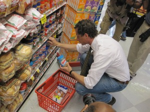 Anthony Weiner shops for his food stamp challenge.