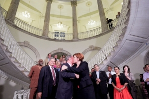 Mayor Bloomberg and Speaker Quinn kiss after announcing the budget agreement. (Photo: William Alatriste New York City Council)