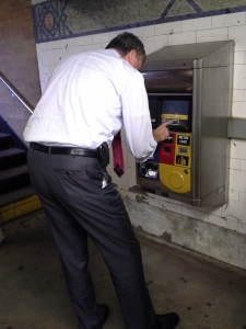 Bill de Blasio stoops to buy a MetroCard.