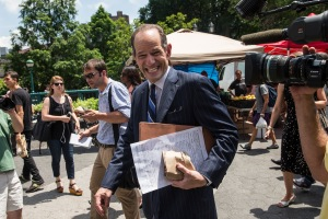 Eliot Spitzer collecting signatures Monday. (Photo: Getty)
