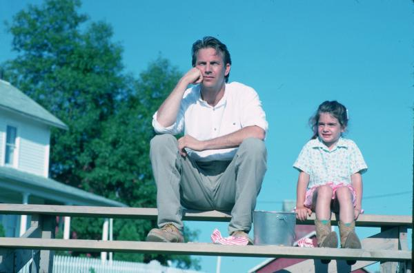 Still of Kevin Costner and Gaby Hoffmann in Field of Dreams.