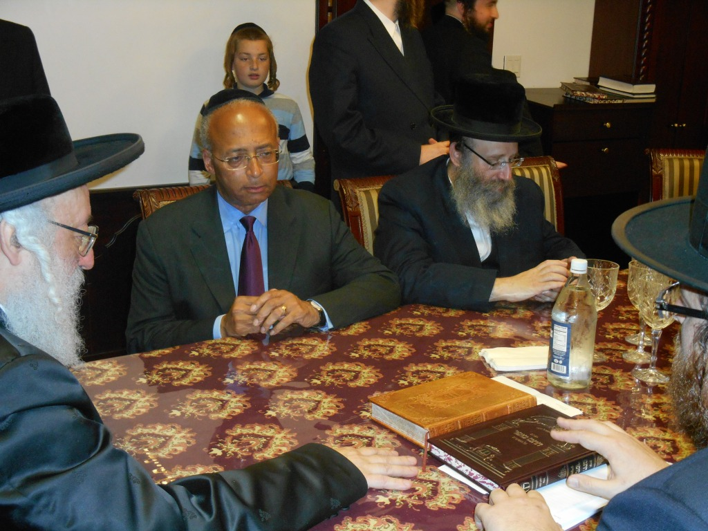 Bill Thompson confers with Williamsburg rabbis.