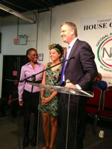 Bill de Basio, his wife and daughter at the National Action Network. (Photo: Twitter/Rachel Noerdlinger)