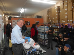 Bill de Blasio at a food pantry the day before Thanksgiving.