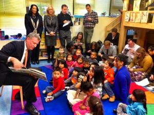 Bill de Blasio reading to children yesterday. (Photo: Twitter/@Lis_Smith)