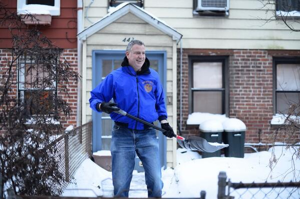 Bill de Blasio shoveling the snow in front of his house. (Photo: Twitter/@BilldeBlasio)