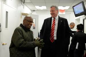 Al Roker and Bill de Blasio hanging out off-stage. (Photo: Twitter/@NYCMayorsOffice)