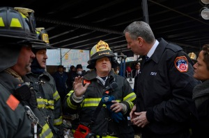 Mayor Bill de Blasio getting briefed on the apartment collapse in East Harlem this morning. (Photo: Rob Bennett for the Office of Mayor Bill de Blasio)