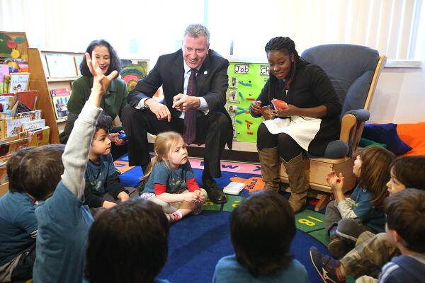 Bill de Blasio at the schoolchildren earlier today. (Photo: Twitter/@BilldeBlasio)