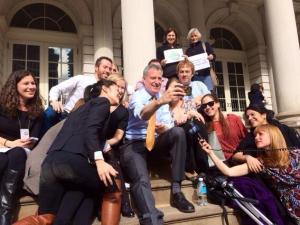 Bill de Blasio does a selfie. (Photo: Twitter/@RachelNoerd)