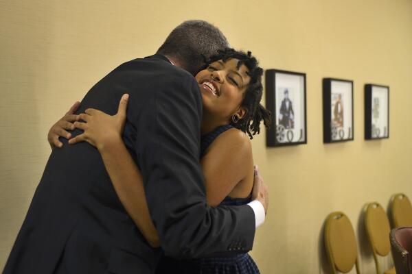 Mayor Bill de Blasio and his daughter, Chiara de Blasio, share a hug. (Photo: Twitter/@BilldeBlasio)