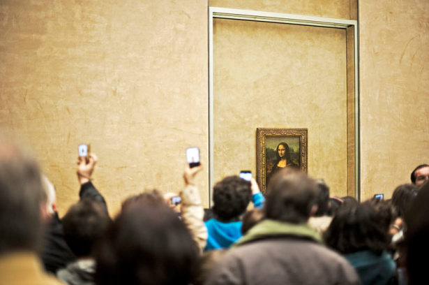 You won't actually remember seeing the Mona Lisa if you spend all your time taking photos of it, science says. (Wikimedia Commons)