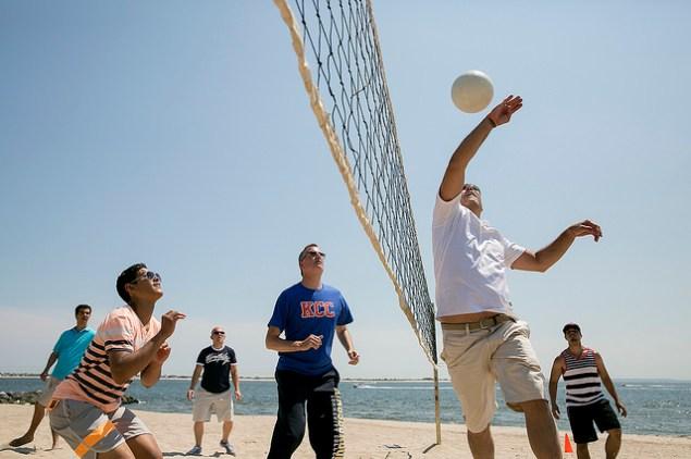 Mayor Bill de Blasio enjoying beach volleyball at Kingsborough Community College in Brooklyn. (Photo: William Alatriste: NYC Council)