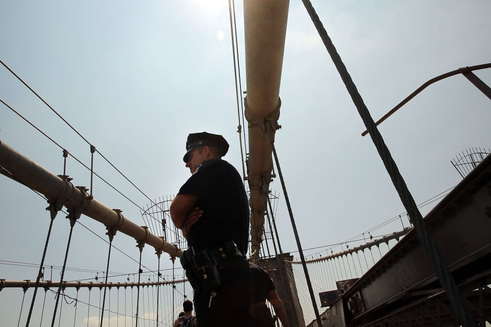 Police Replace Mysterious White Flags on the Brooklyn Bridge With U.S. Flags