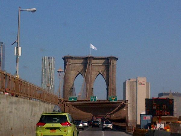 A white flag on the Brooklyn Bridge. (Photo: Mark Weprin/Twitter)