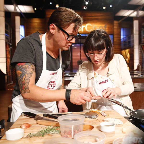 Daniel and Jaimee totally flubbing chicken wings (FOX)