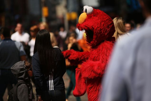 Elmo bullies Times Square tourists for money.