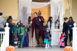 Mayor Bill de Blasio in the Greek God Halloween costume that he got for free (Twitter)