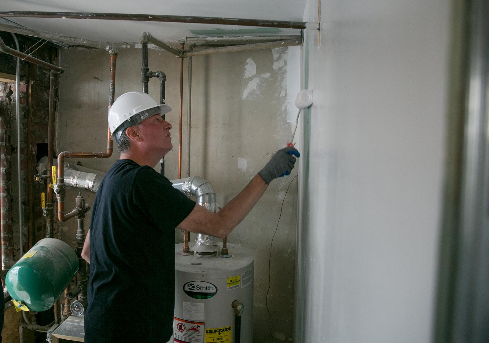Mayor Bill de Blasio painting a home in Coney Island. (Photo: William Alatriste/New York City Council)