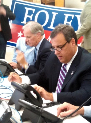 Christie works the phones with Republican gubernatorial candidate Tom Foley at a field campaign office in Trumbull, CT.