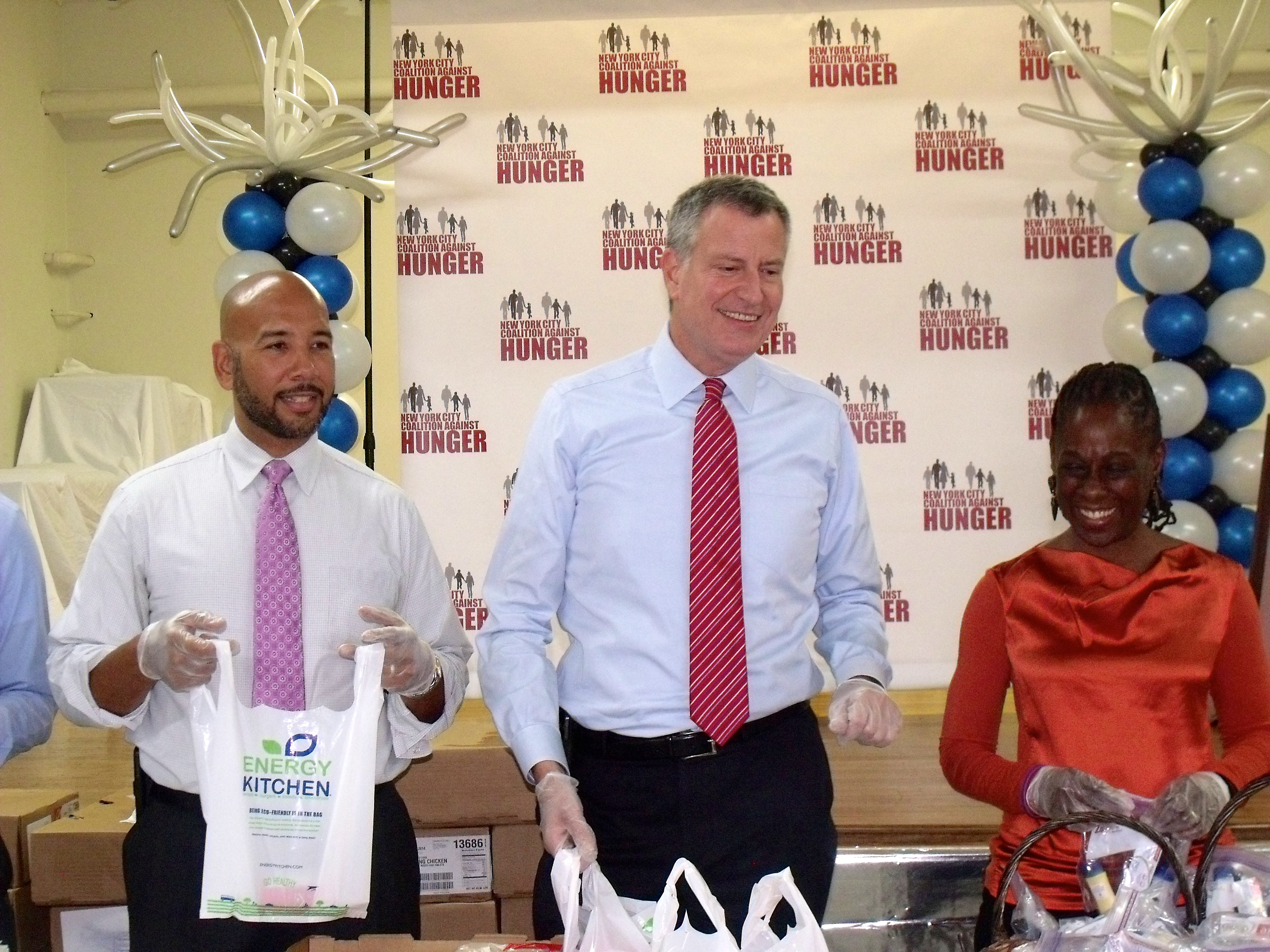 Bronx Borough President Ruben Diaz Jr., Mayor Bill de Blasio, and his wife Chirlane McCray hand out food at a Bronx food pantry this week. (Photo: Jillian Jorgensen)
