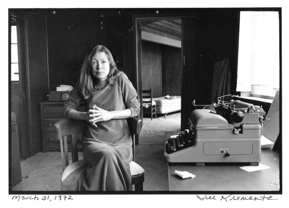 Joan Didion and her typewriter, March 31, 1972 (Jill Krementz)