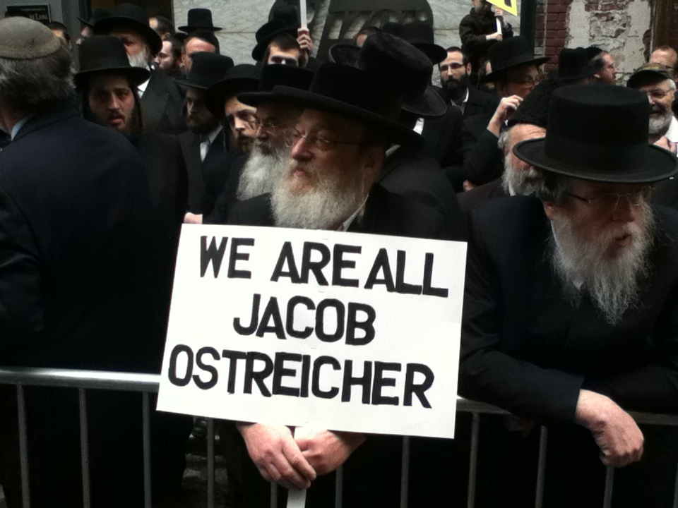 A supporter holds a sign during a rally in May 2012 in New York City for Jacob Ostreicher, who was being held in a Bolivian prison without being charged. (Wikipedia/Judae1)
