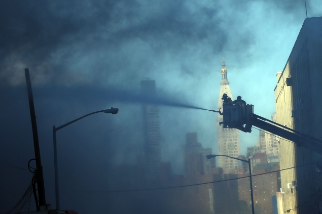 A fire rages January 31 on the Williamsburg waterfront. (Photo: Spencer Platt/Getty Images)