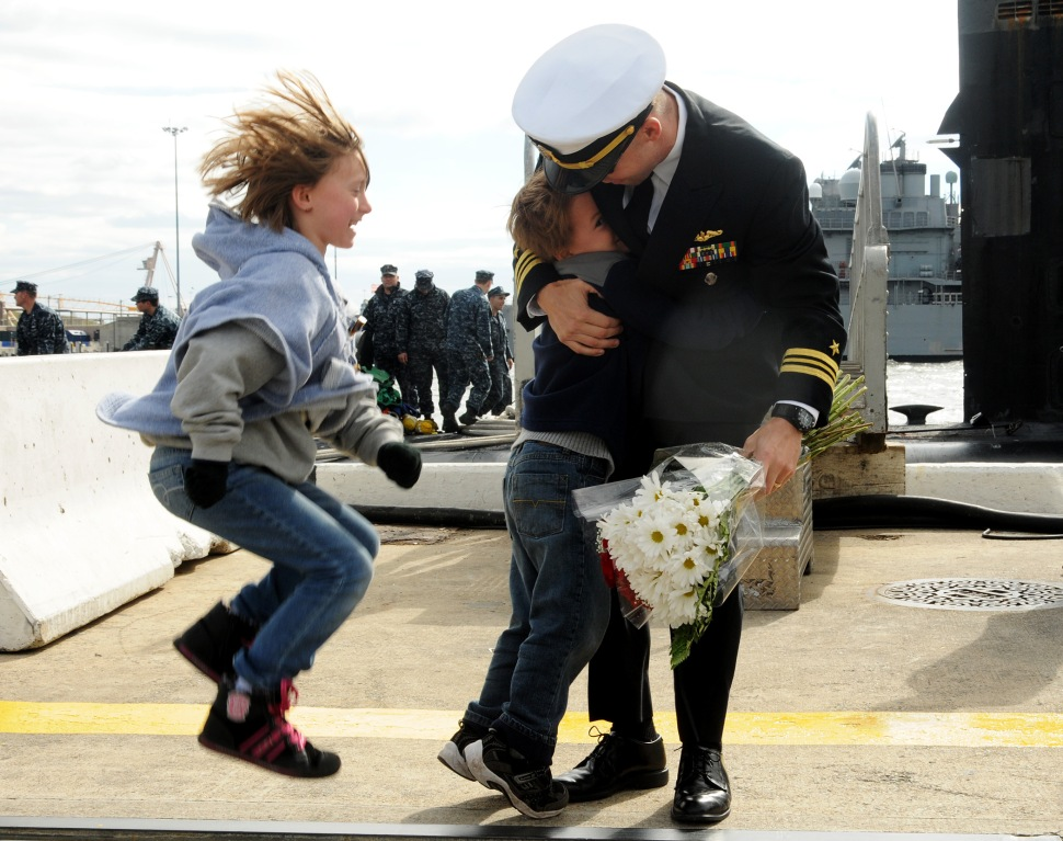 Children welcome home their father. (Photo: (U.S. Navy photo by Mass Communication Specialist 1st Class Kim Williams/Released)
