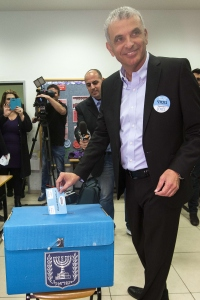 Israeli head the Kulanu party, Moshe Kahlon, cast a vote. (Photo: Getty Images)