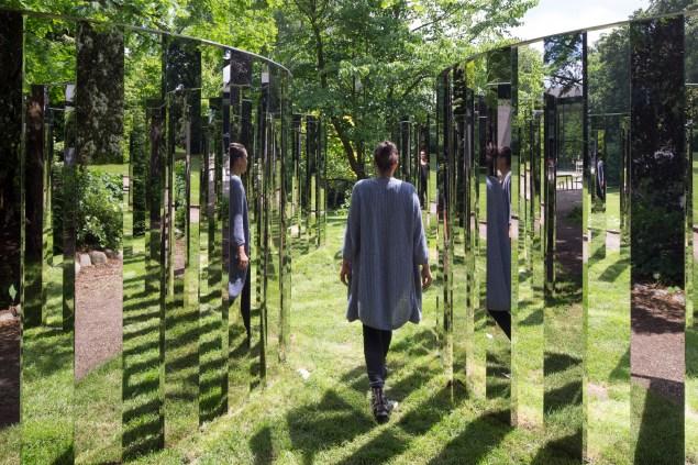 Jeppe Hein, Mirror Labyrinth NY, 2015. (Courtesy of König Galerie, Berlin; 303 Gallery, New York; and Galleri Nicolai Wallner, Copenhagen)