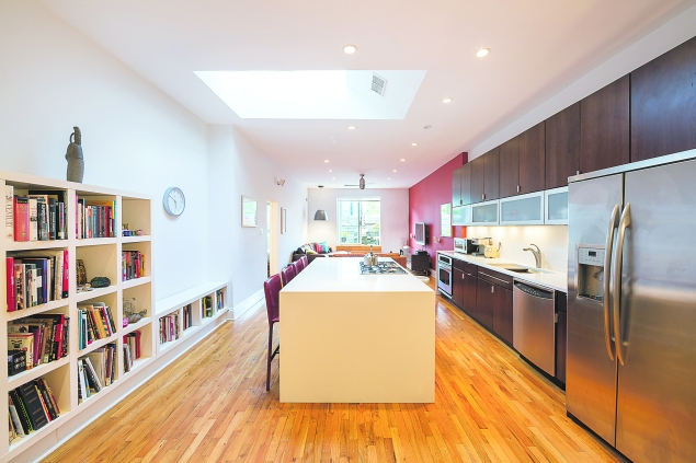 The kitchen living room at 117 First Place in Carroll Gardens. (Stefano Ukmar/Town)