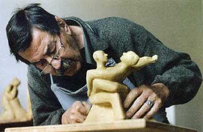 Günter Grass at work on sculptures. (Photo: Gallery Sybille Nuett)