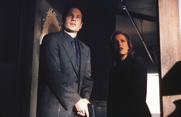 "THE X-FILES - SEASON 7:  Agent Fox Mulder (David Duchovny, L) and Agent Dana Scully (Gillian Anderson, R) investigate circumstances around a man who seems to be just a little too lucky in ""The Goldberg Variation"" episode of THE X-FILES which originally aired Sunday, Dec. 12 (9:00-10:00 PM ET/PT) on FOX. CR:Nicola Goode/FOX"
