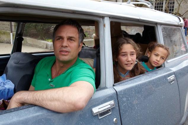 Mark Ruffalo, Imogene Wolodarsky and Ashley Aufderheide in Infinitely Polar Bear.