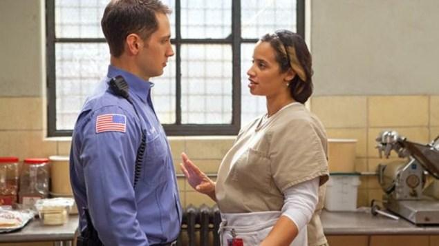 Officer John Bennett (Matt McGorry) and Daya (Dascha Polanco) steal a secret moment. (Netflix)