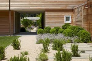 A gravel terrace designed by Edmund Hollander. (Photo: Charles Mayer Photography)