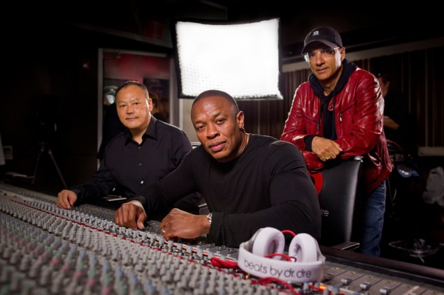 Peter Chou, Dr. Dre and Jimmy Iovine try remember how to use this thing. (Photo: Christopher Polk/Getty Images for Beats By Dr. Dre)