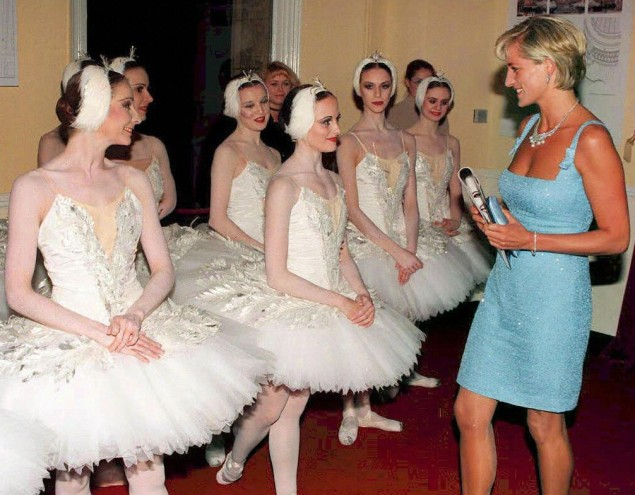 Princess Diana visiting with dancers from the English National Ballet.  (Photo: JOHN STILLWELL/AFP/Getty Images)