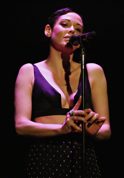 Rose McGowan singing onstage at Casa Reale event. (Photo: Courtesy of  ShowroomSeven).