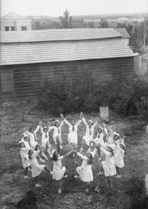 Dancing Girls At Tu B'Av. (Photo: Khan Museum, Creative Commons)
