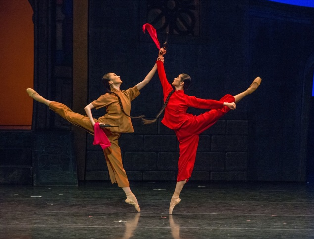 Zhu Yan as Comrade in Arms and Zhang Jian as Qionghua in The National Ballet of China's The Red Detachment of Women. (Photo: courtesy ©Stephanie Berger)