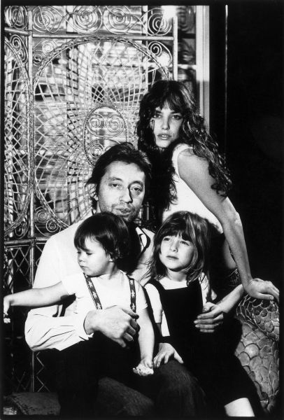 FRANCE - UNSPECIFIED DATE: Serge Gainsbourg and Jane Birkin with their daughter Charlotte Gainsbourg And Kate Barry (daughter of Jane Birkin and John Barry) in France in 1973(Photo by BOTTI/Gamma-Keystone via Getty Images)