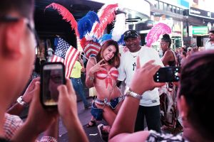 A body painted woman poses with a tourist in Times Square (Photo: Spencer Platt for Getty Images)