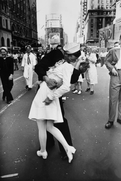 Alfred Eisenstaedt, V-J Day in Times Square, 1945. (Photo: Courtesy Times Square Arts)