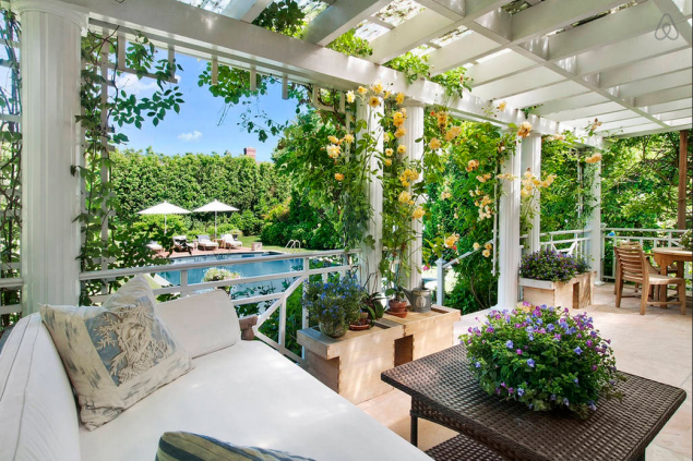 The backyard. (Photo: Airbnb)