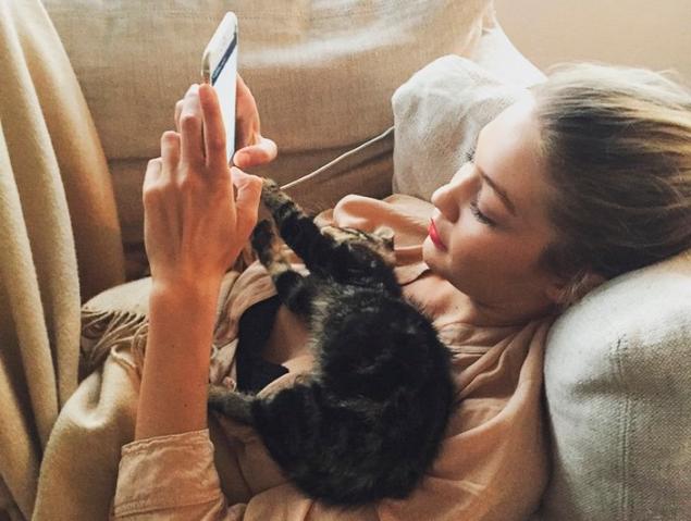 Gigi Hadid and her cat, Cleo. (Photo: Instagram)